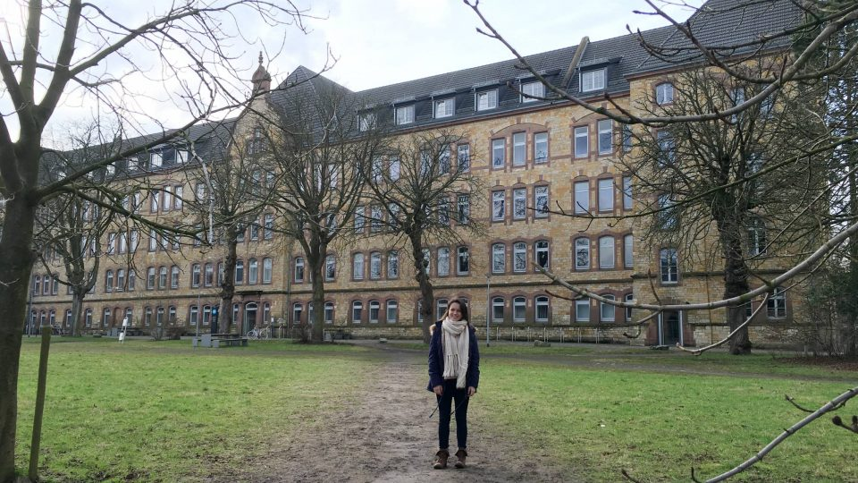 Young woman with HS Osnabrück campus building in the background